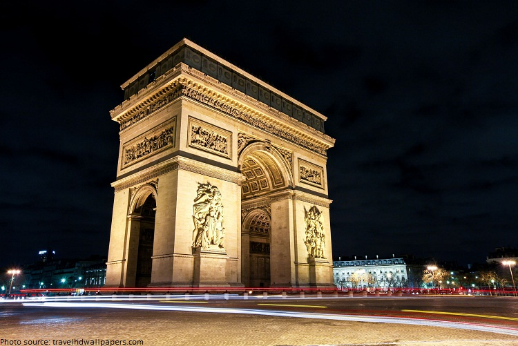 arc de triomphe at night