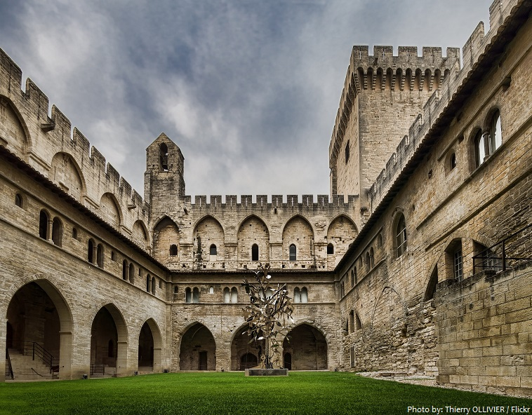 palais des papes courtyard